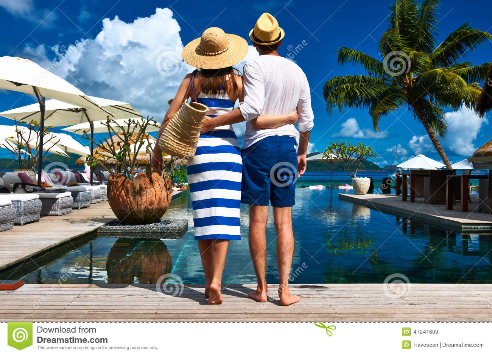 Les couples s approchent du poolside