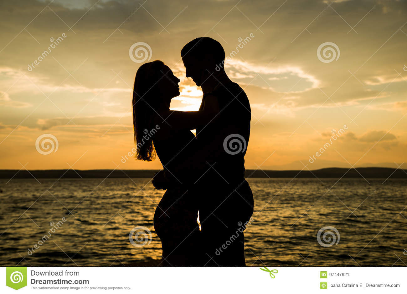Deux couples saisis aux moments les plus charnières — mais aussi les plus intenses — de toute relation amoureuse : le.
