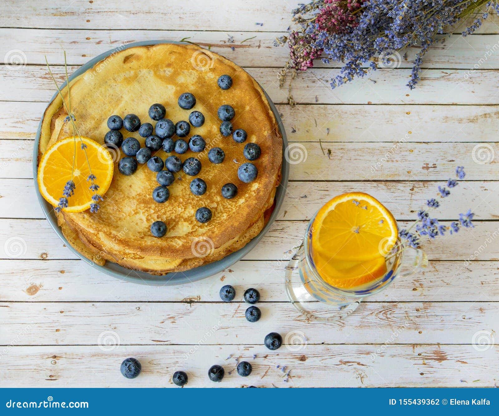 Les crêpes avec des myrtilles poussent des feuilles sur la limonade supérieure et orange d agrume avec des bâtons de lavande Fich