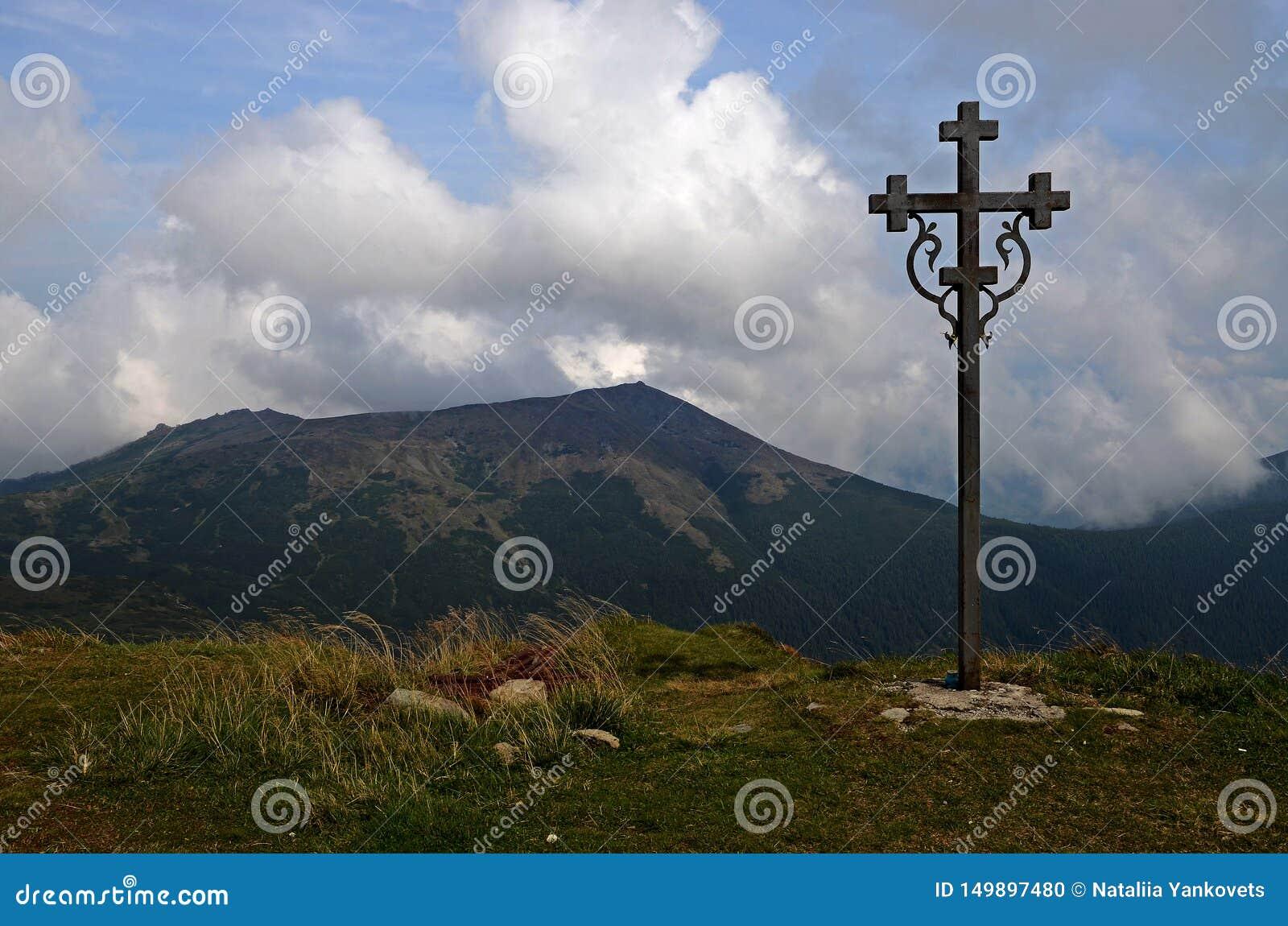 Les cr?tes des montagnes carpathiennes Cha?nes de montagne couvertes de for?ts sous les nuages bleus