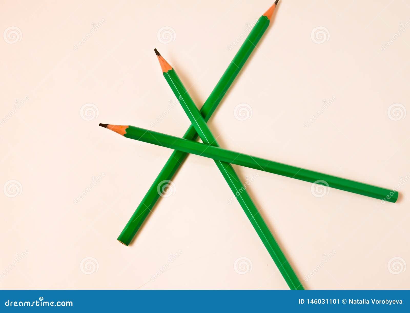 Les crayons de couleur empilent sur le fond blanc avec l espace de copie pour le texte Éducation artistique de bonheur chez le pa