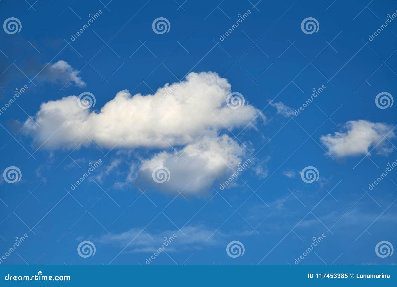 Les cumulus perfectionnent le blanc en ciel bleu