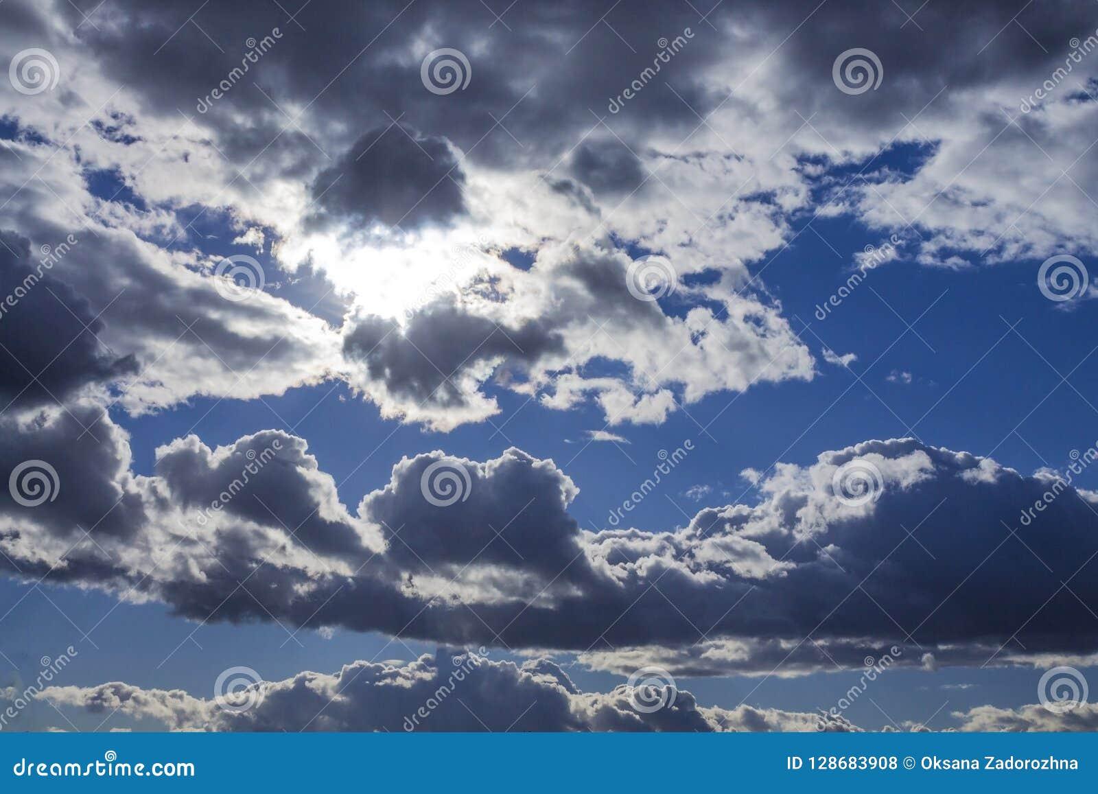 Les cumulus sur le fond de ciel bleu ont accentué avec le soleil