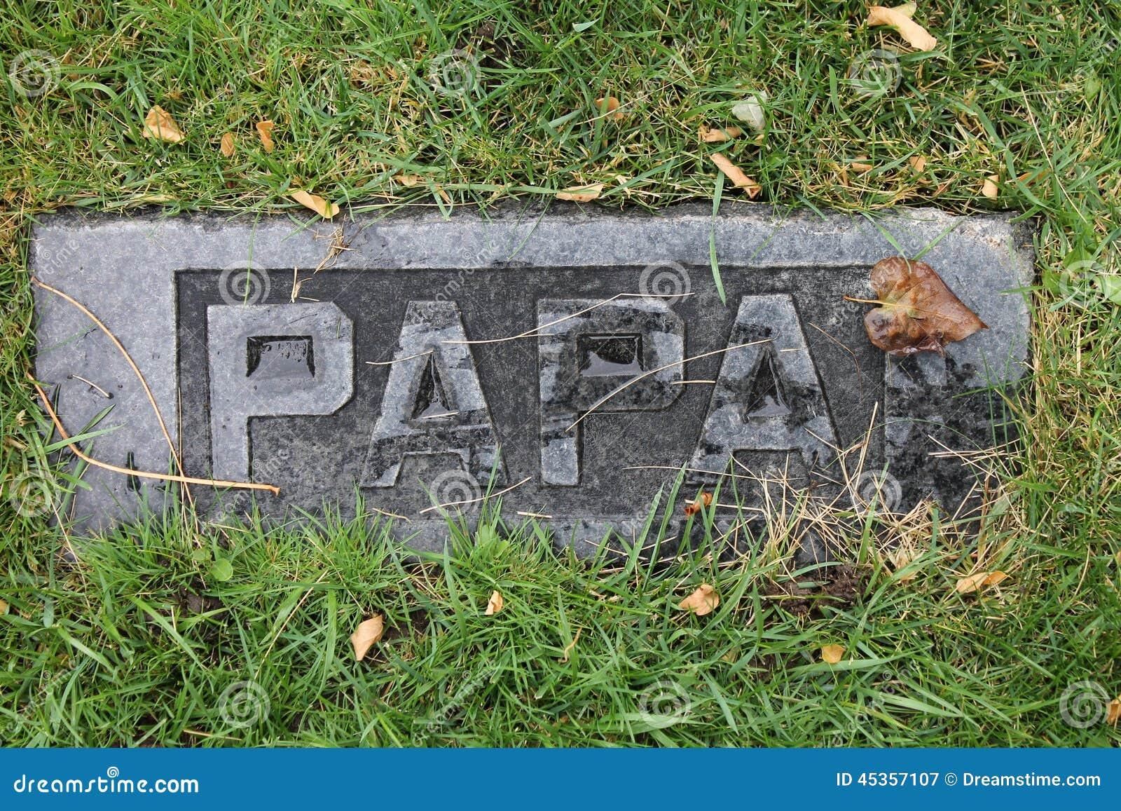 Les débris ont couvert Papa Marble Headstone dans le vieux cimetière