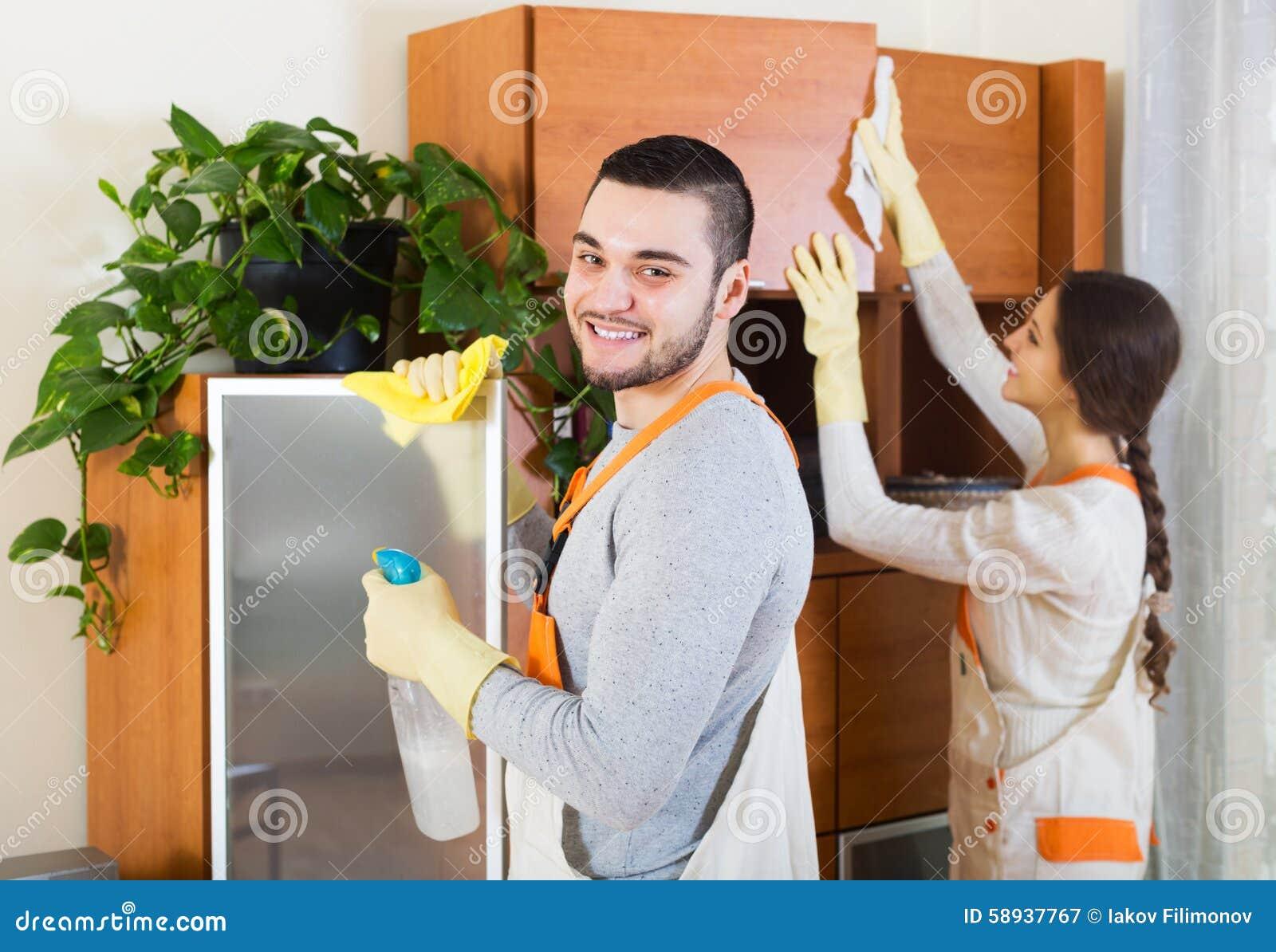 Les décapants professionnels avec l équipement nettoient