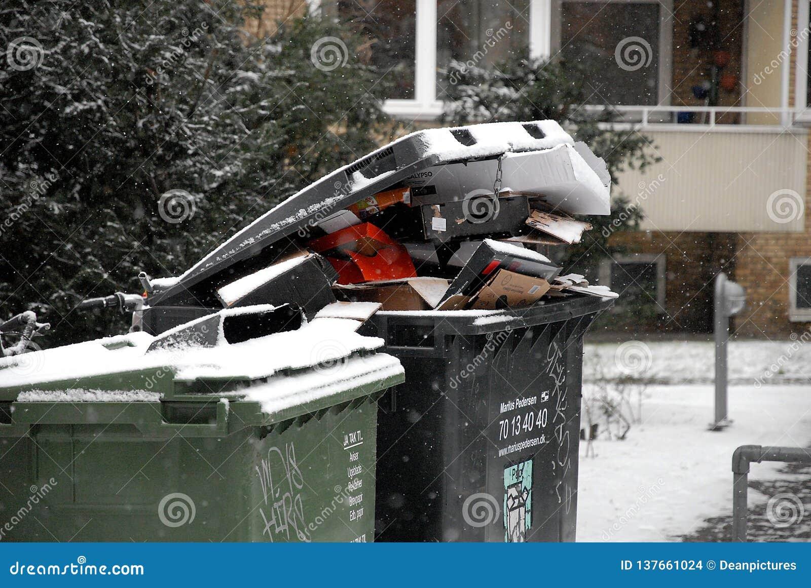 Les déchets de bruit non étés neige due enlevée d o tombent temps