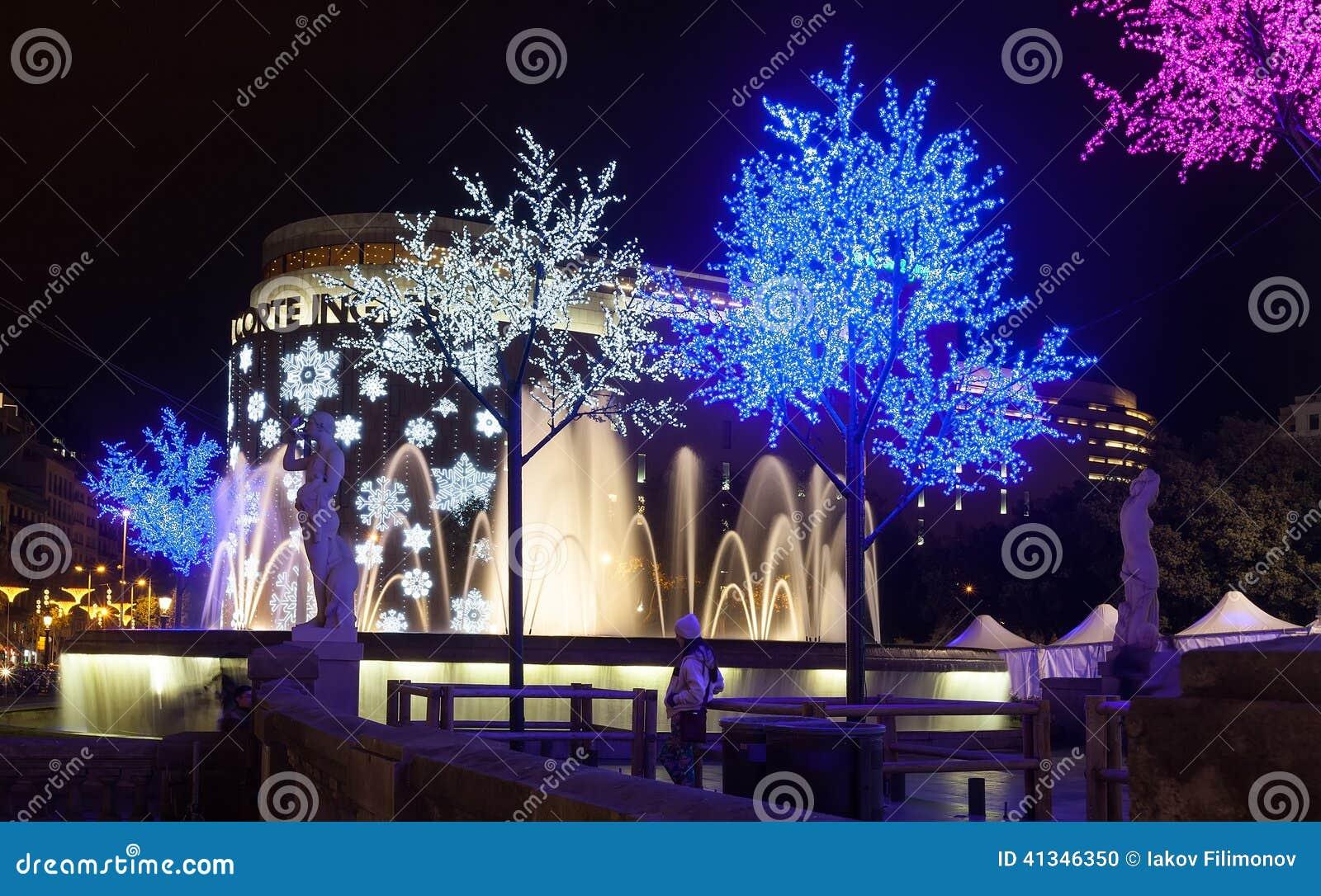 Les Decorations De Noel Sur La Catalogne Ajustent A Barcelone