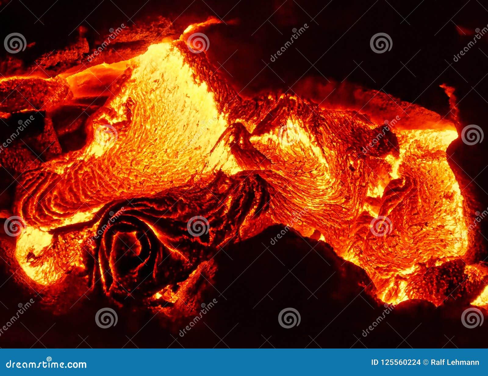 Les détails d un écoulement de lave actif, magma chaud émerge d une fente dans la terre