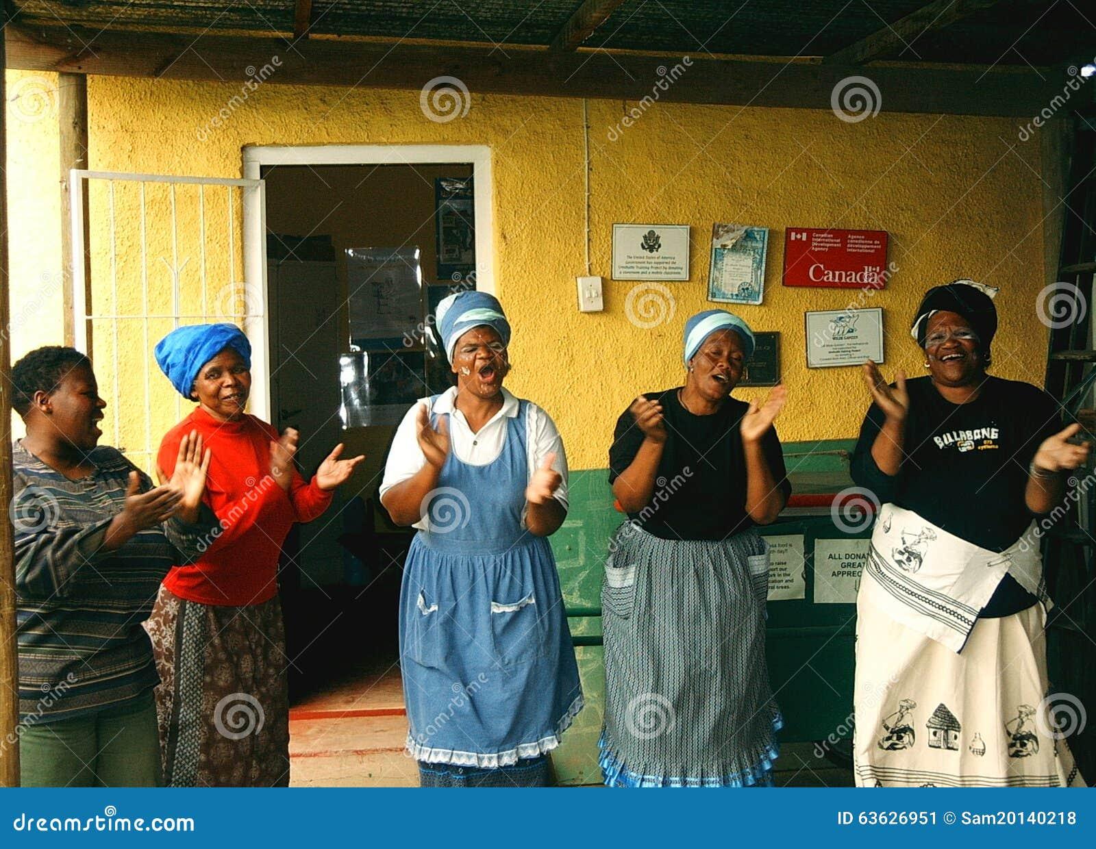 Les dames chantent et battent dans une banlieue noire en Afrique du Sud