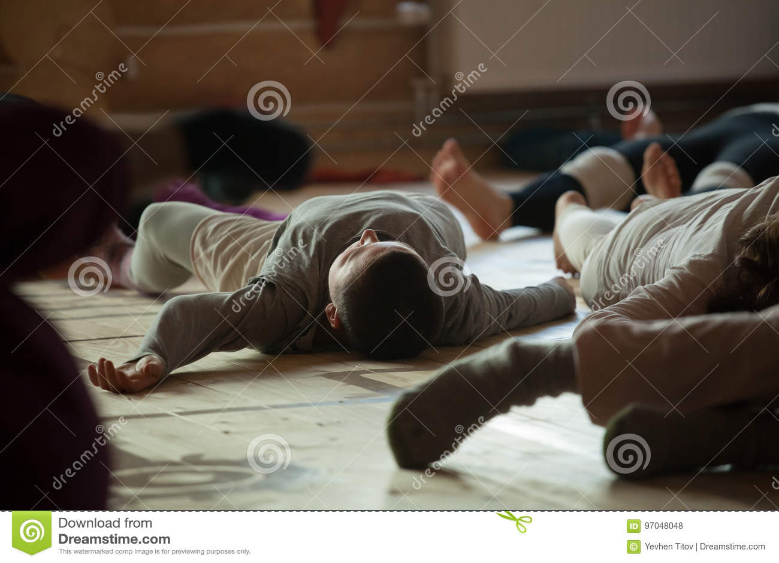 Les danseurs paye, des jambes, sur le plancher