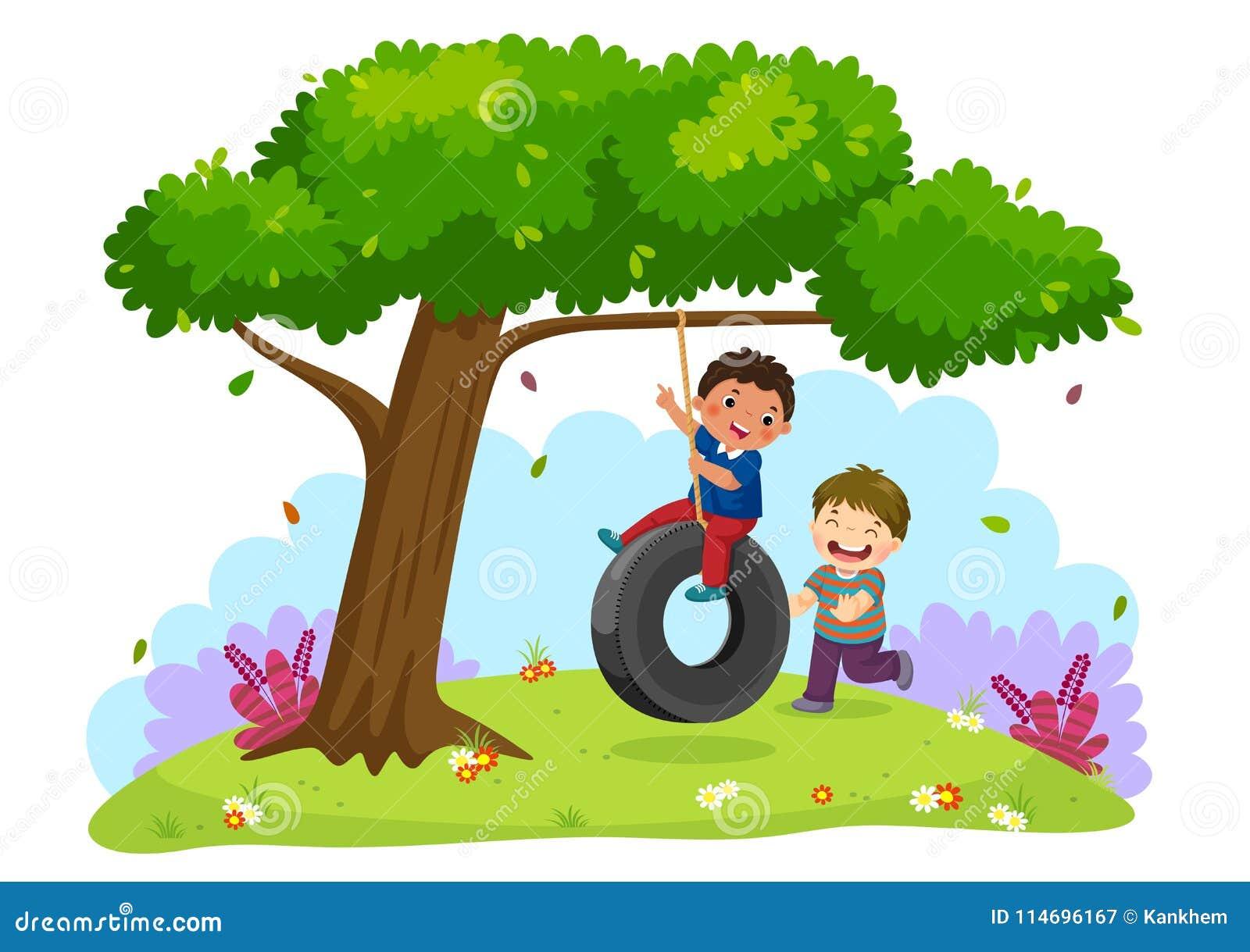 Les deux garçons heureux jouant le pneu balancent sous l arbre