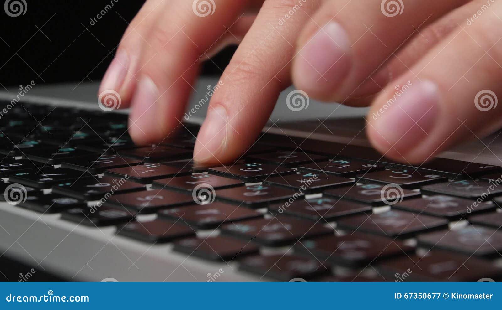 Les deux mains d un employé de bureau dactylographiant sur le