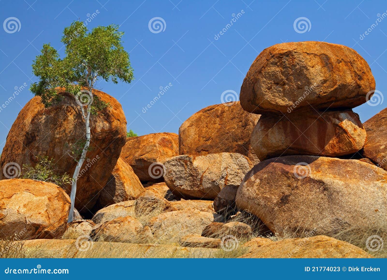 Les diables marbre à l intérieur des rochers de granit de l Australie