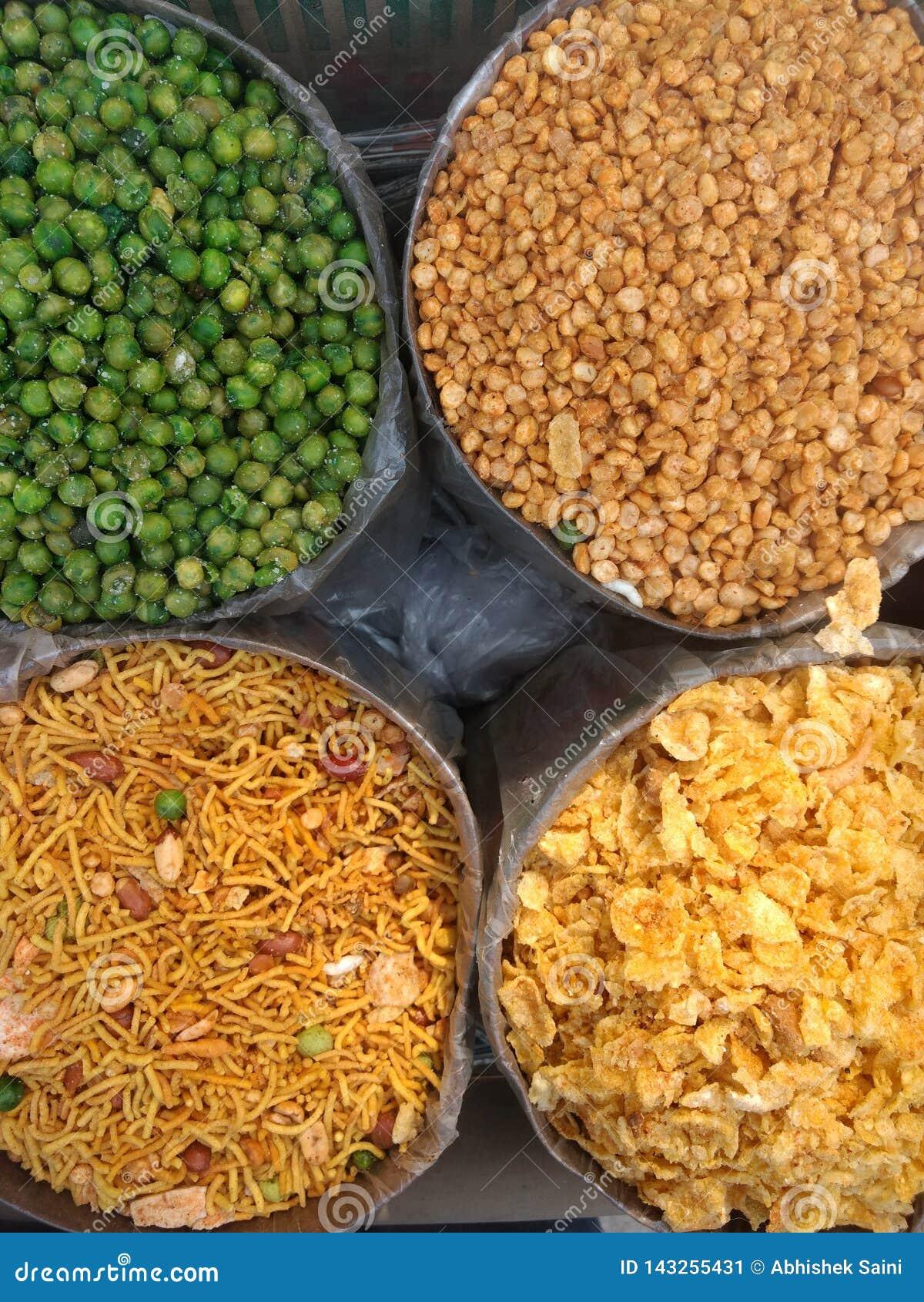 Les différents types d Indien namkeen et les casse-croûte savoureux se vendant sur le marché