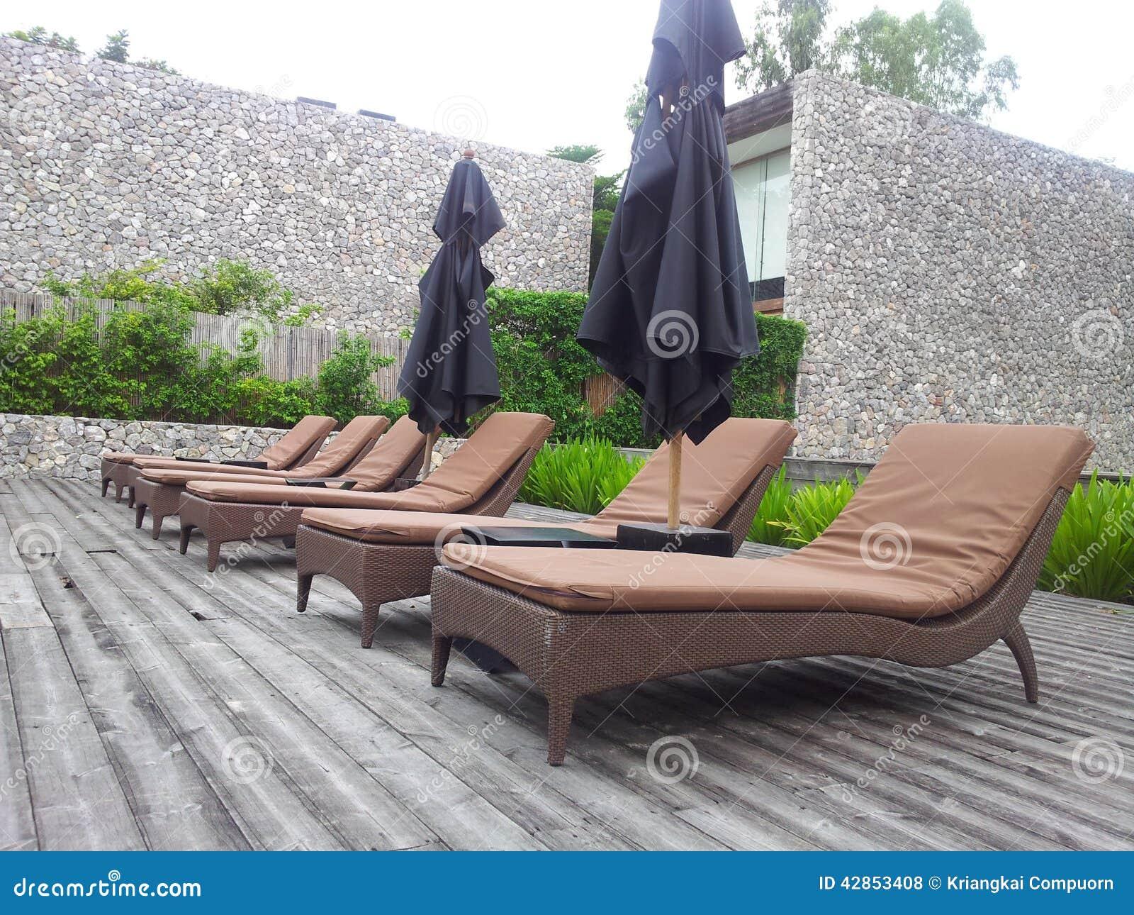 Les divans la piscine pour les prennent un bain de - Bain de soleil pour piscine ...