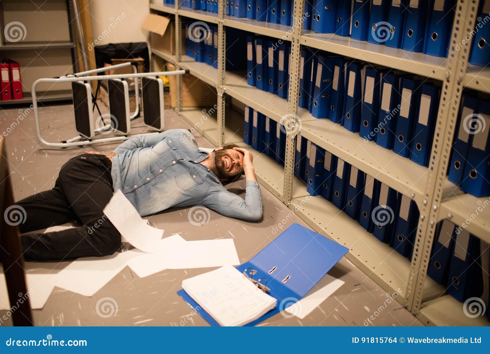 Les documents ont dispersé par l homme d affaires tombé dans la chambre de stockage de fichier