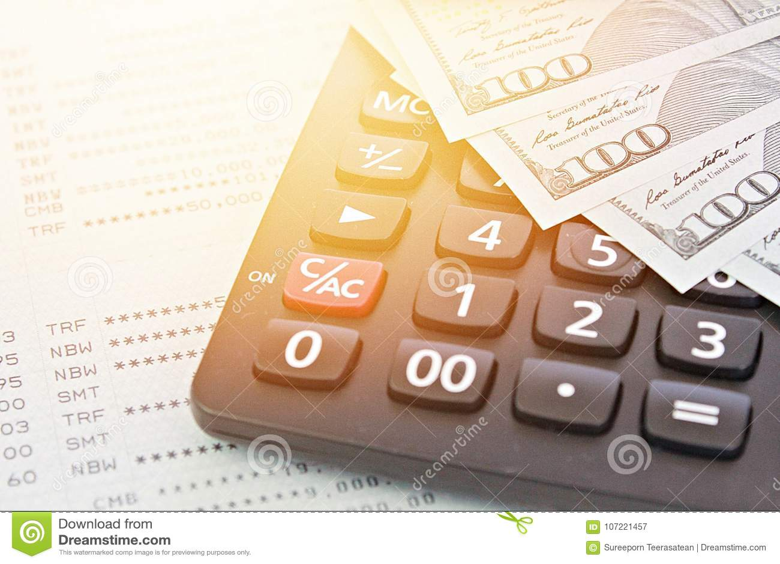 Les dollars américains encaissent l argent, la calculatrice sur le carnet de compte d épargne d épargnes ou le relevé de compte f