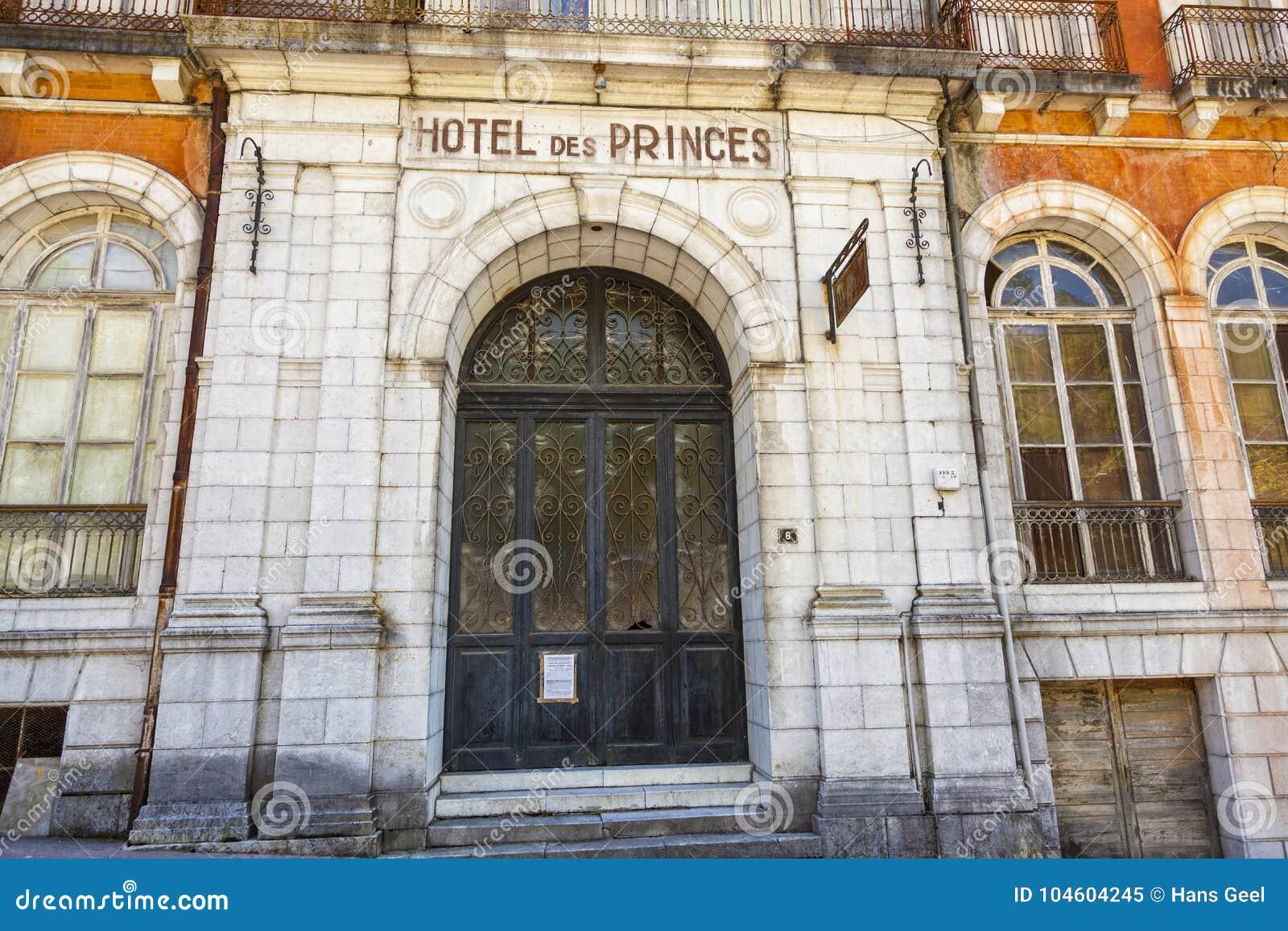 https://thumbs.dreamstime.com/z/les-eaux-bonnes-una-localit%C3%A0-di-soggiorno-stazione-termale-della-montagna-pirenei-francesi-104604245.jpg