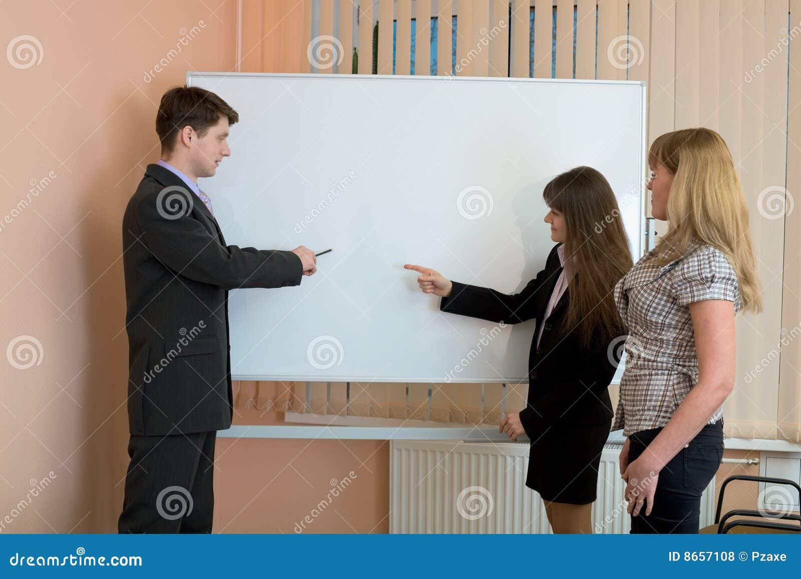 Les employés de bureau discutent le travail