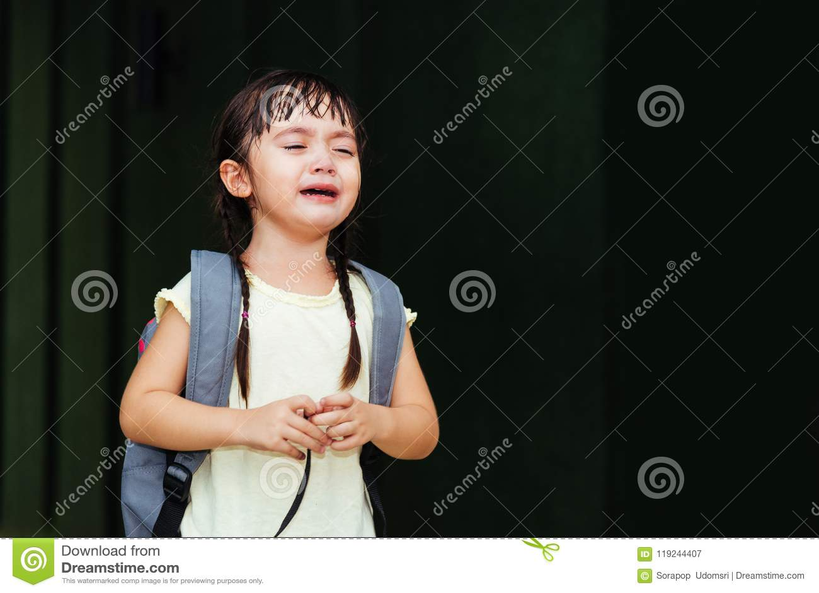 Les enfants badinent le cri triste pleurant de jardin d enfants de fille de fils