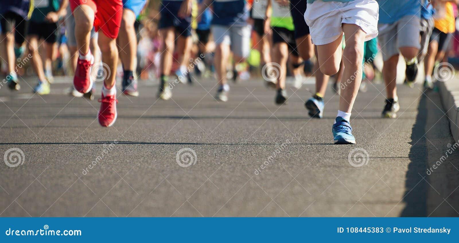 Les enfants courants, jeune course d athlètes dans des enfants courent la course