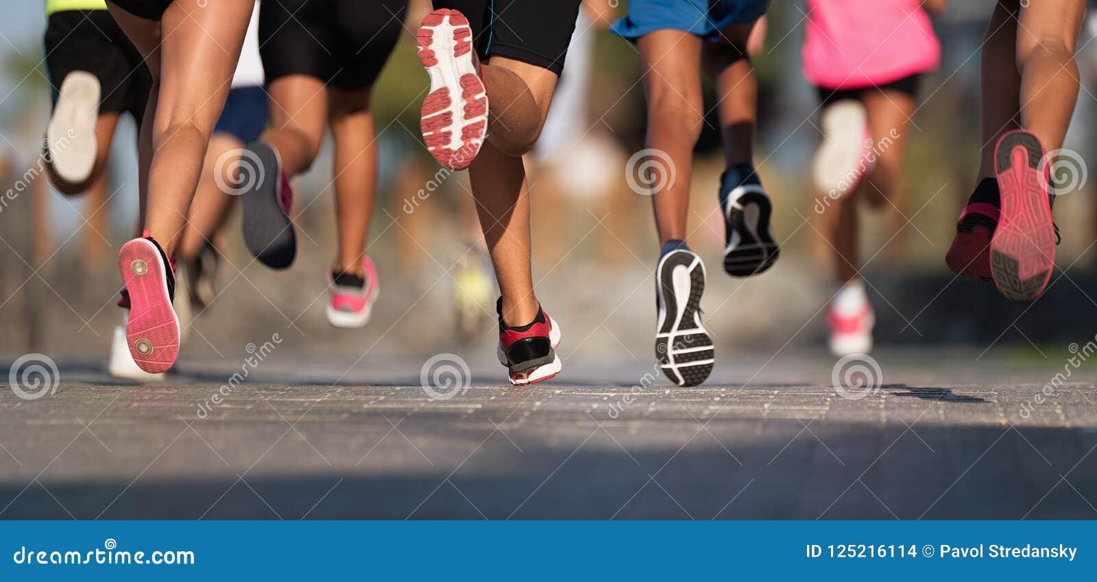 Les enfants courants, jeune course d athlètes dans des enfants courent la course, fonctionnant sur la route urbaine
