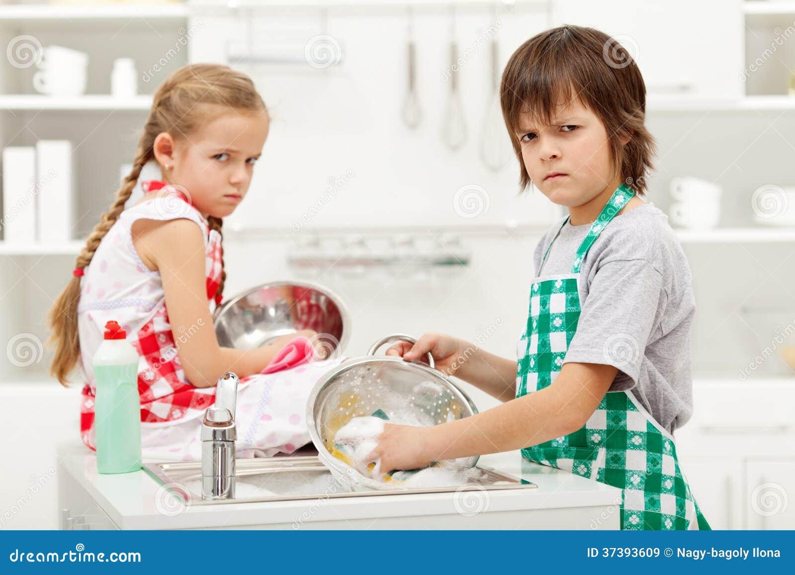 les enfants devant faire la vaisselle image stock image 37393609. Black Bedroom Furniture Sets. Home Design Ideas