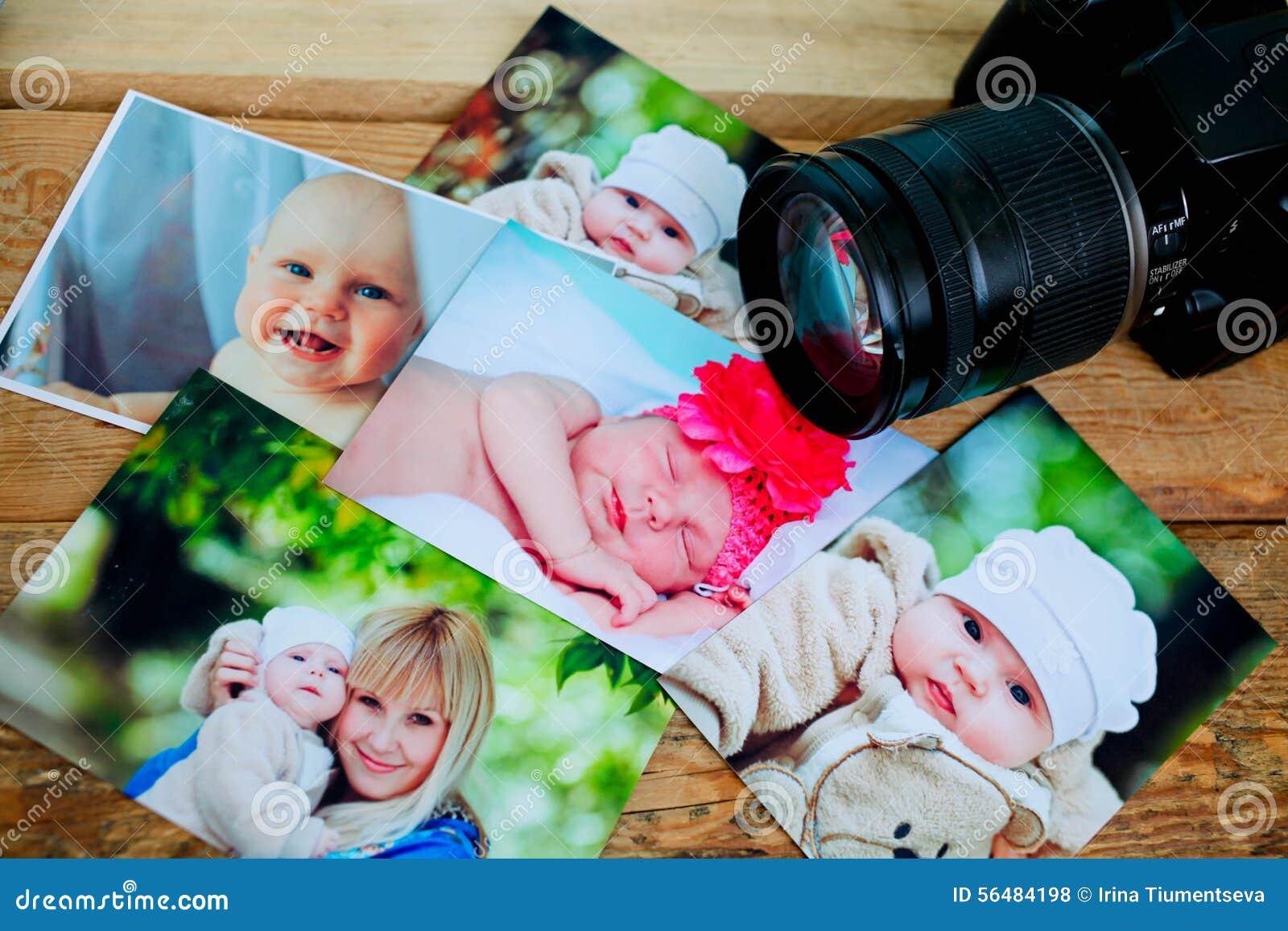 Les enfants est les photos et l appareil-photo sur un fond en bois