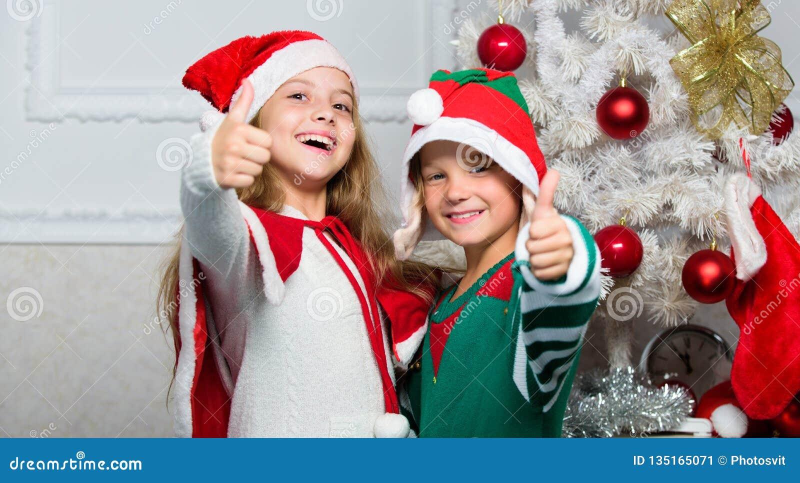 Les enfants gais célèbrent Noël Costumes Santa de Noël d enfants et elfe Concept de mascarade d hiver Enfants de mêmes parents pr