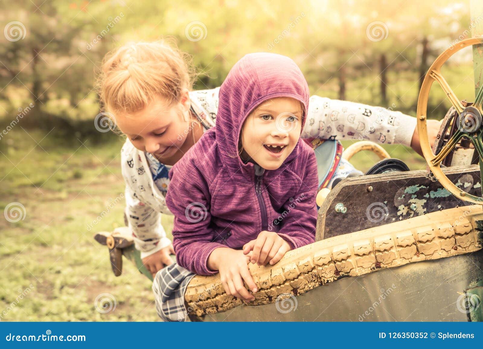 Les enfants gais heureux badine l amusement jouant dehors l enfance insouciant heureux de concept de paysage d automne de lumière