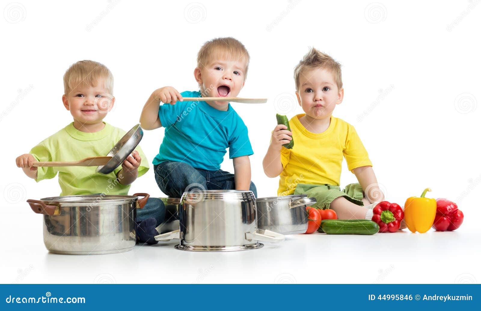 Les enfants groupent la cuisson sur le blanc Trois garçons jouent l esprit