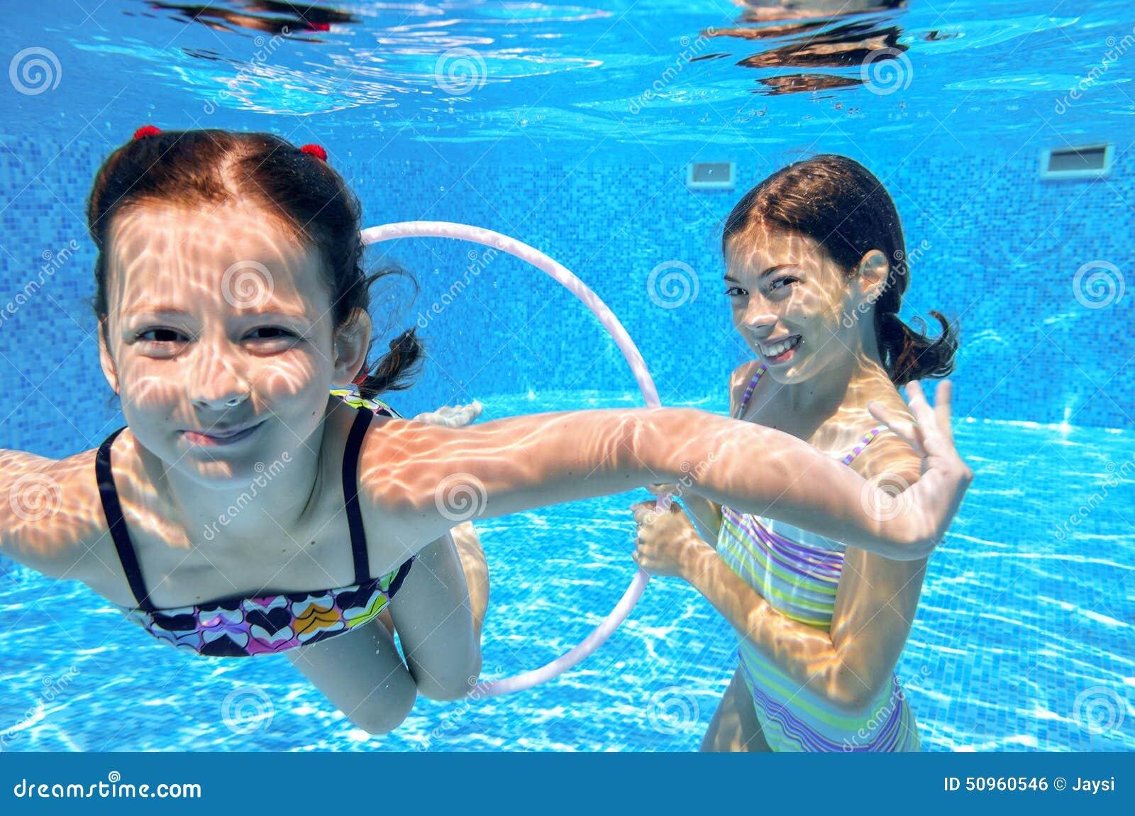 les enfants heureux nagent dans la piscine sous l 39 eau des. Black Bedroom Furniture Sets. Home Design Ideas