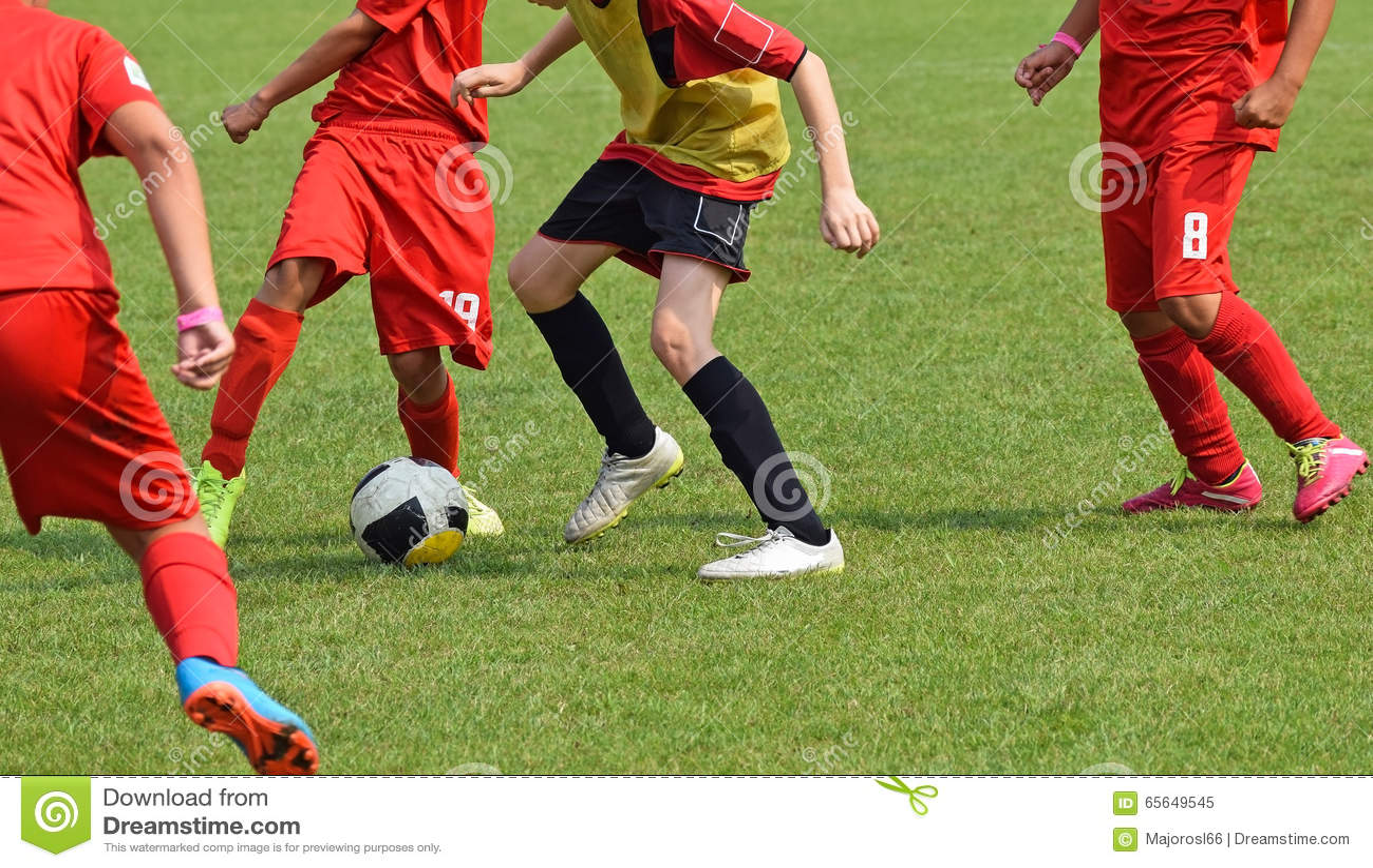 Les enfants jouent le football