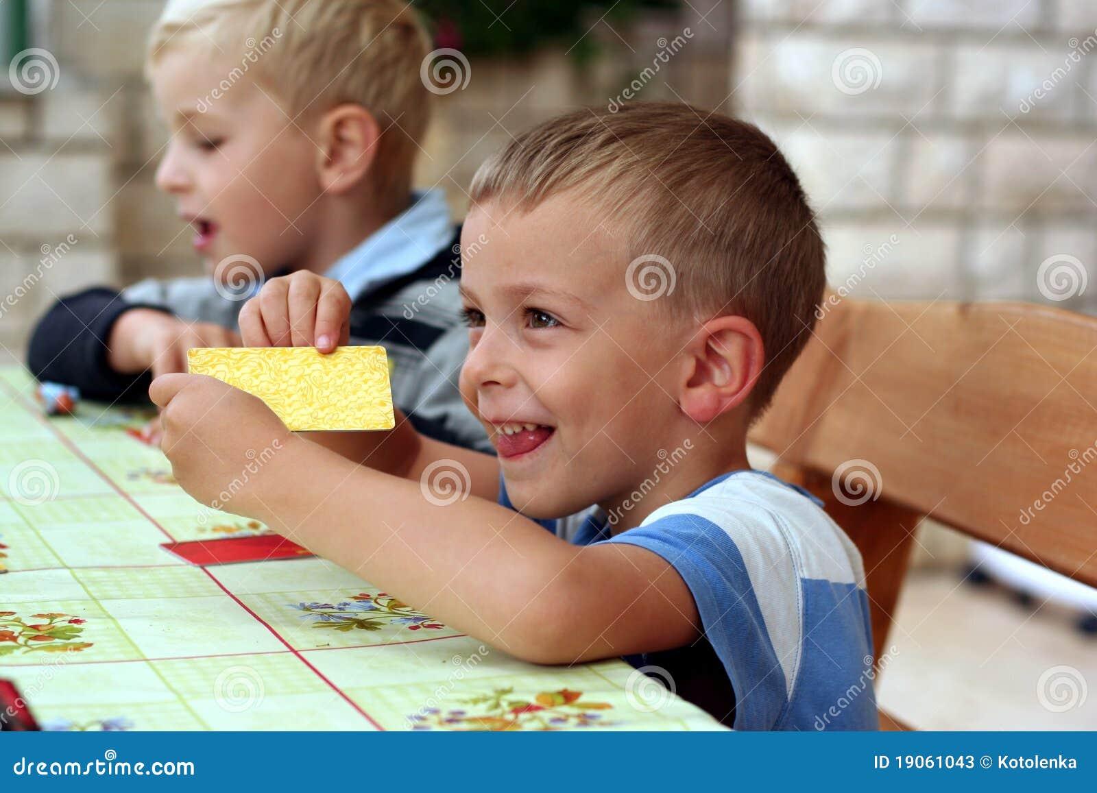 Les enfants jouent un jeu de table