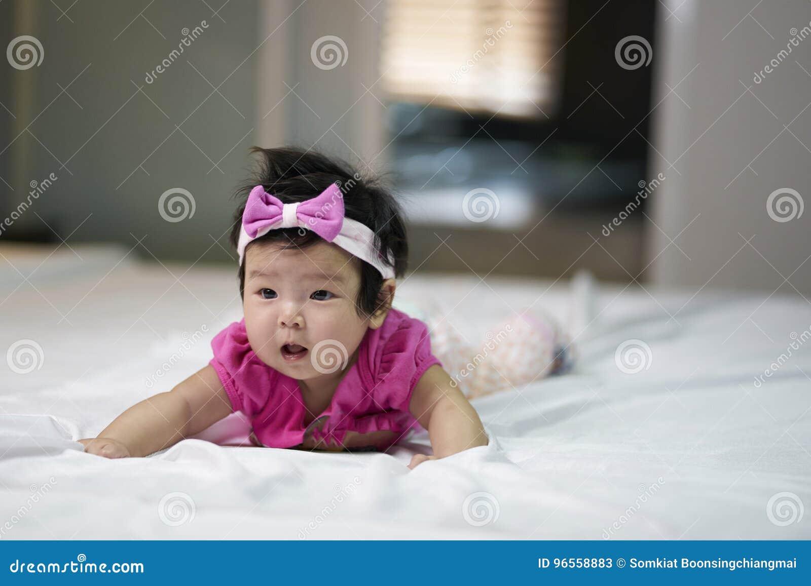 Les enfants mignons dans une bonne humeur se couchent sur le divan
