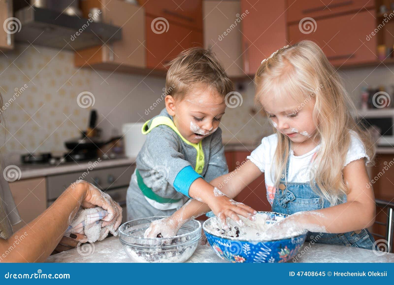 Les enfants ont l 39 amusement avec des enfants la cuisine - La cuisine des enfants ...