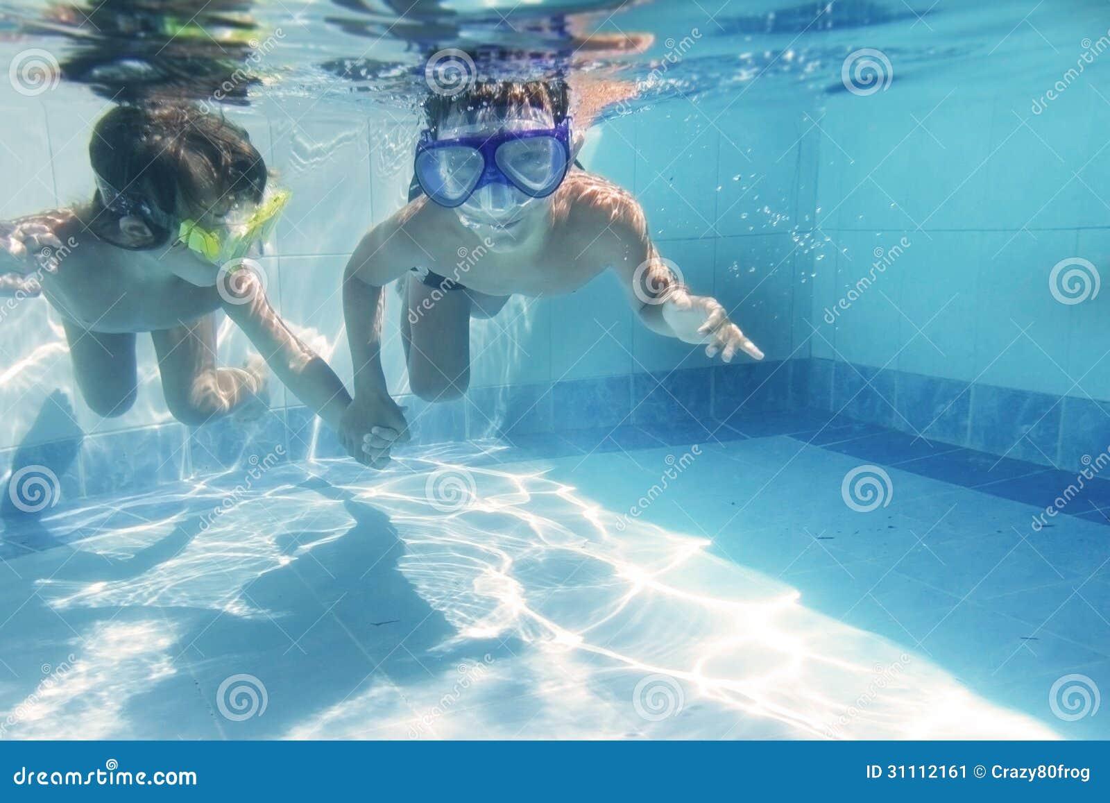les enfants plongeant sous l 39 eau dans google image stock image 31112161. Black Bedroom Furniture Sets. Home Design Ideas