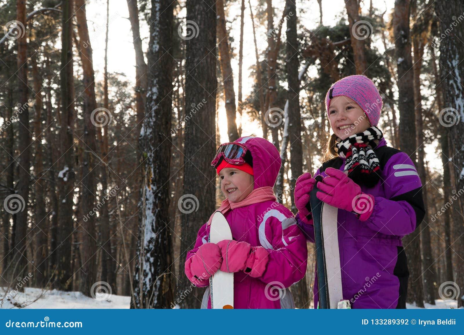 Les enfants skiant dans les enfants de neige d hiver de forêt marchent en parc