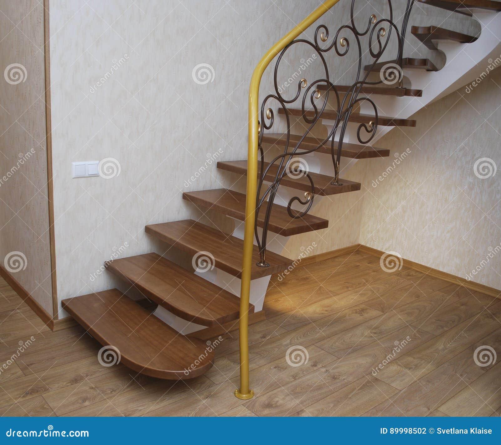 Ficelle beige métallique une conception pour la construction des escaliers dans la maison les escaliers et le filigrane en bois en métal ont forgé la