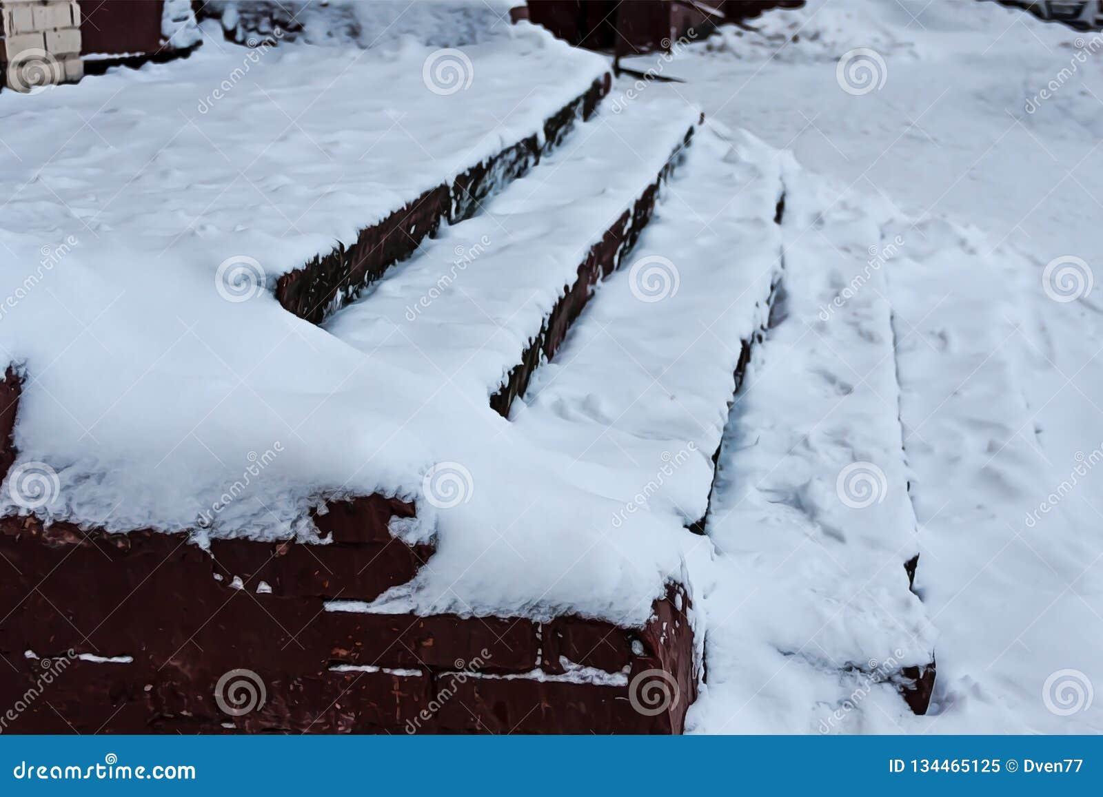 Les escaliers sont couverts de neige soigné Le problème du déblaiement de neige dans la ville Non nettoyé