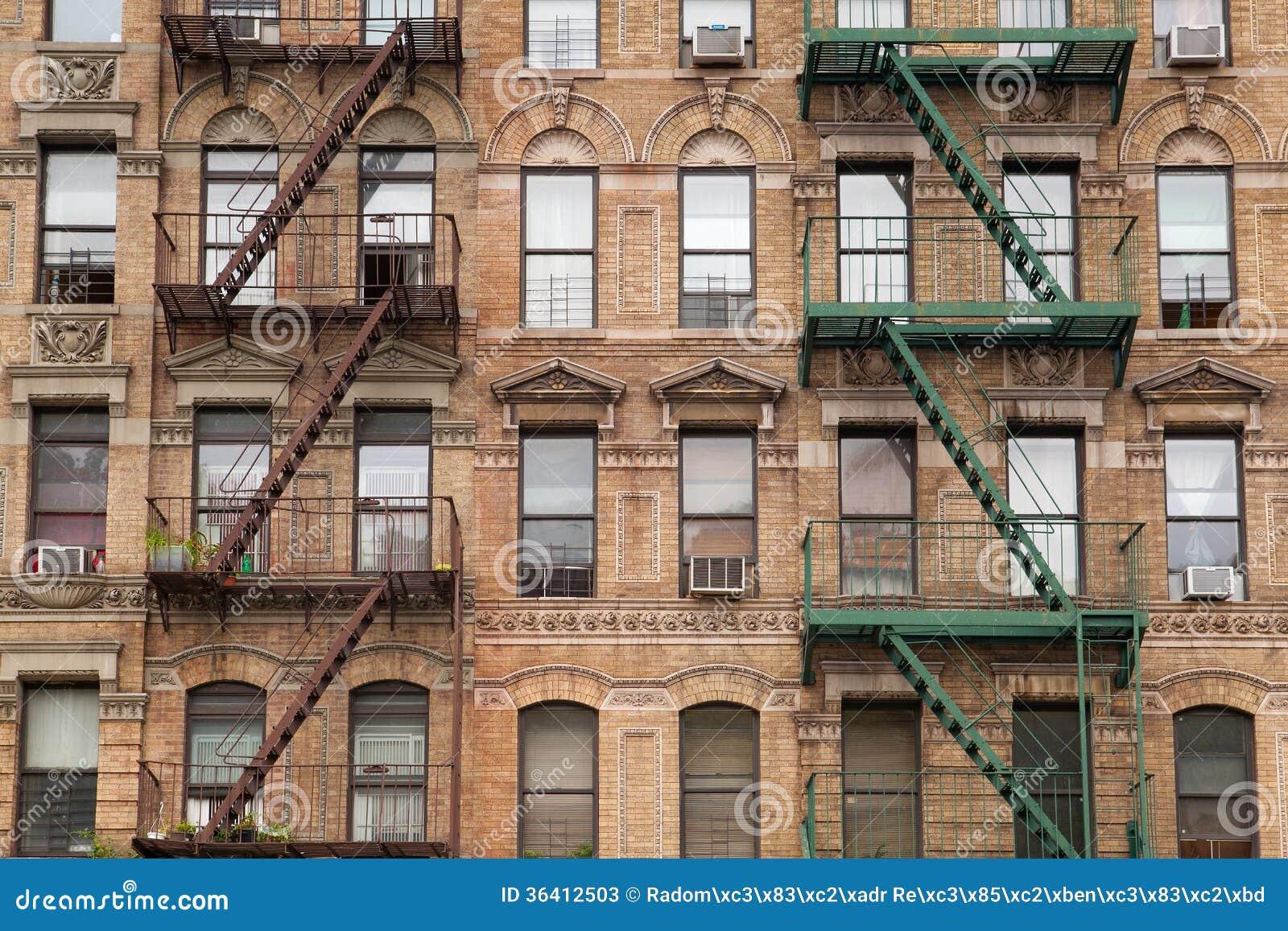 Les escaliers typiques du feu sur la vieille maison new york photos stock - Achat maison new york ...