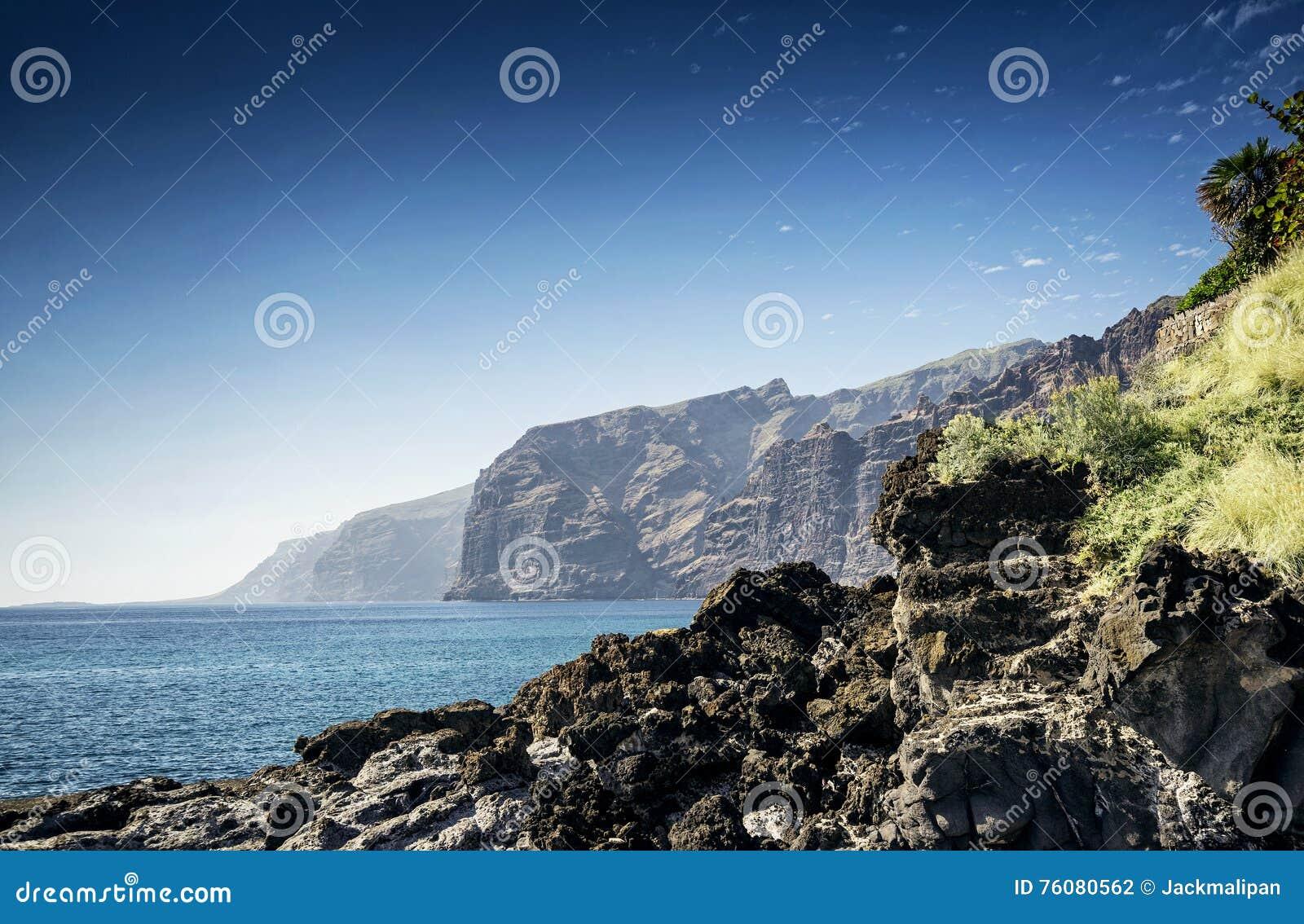 Les falaises de gigantes de visibilité directe marchent le point de repère dans le spai du sud d île de Ténérife
