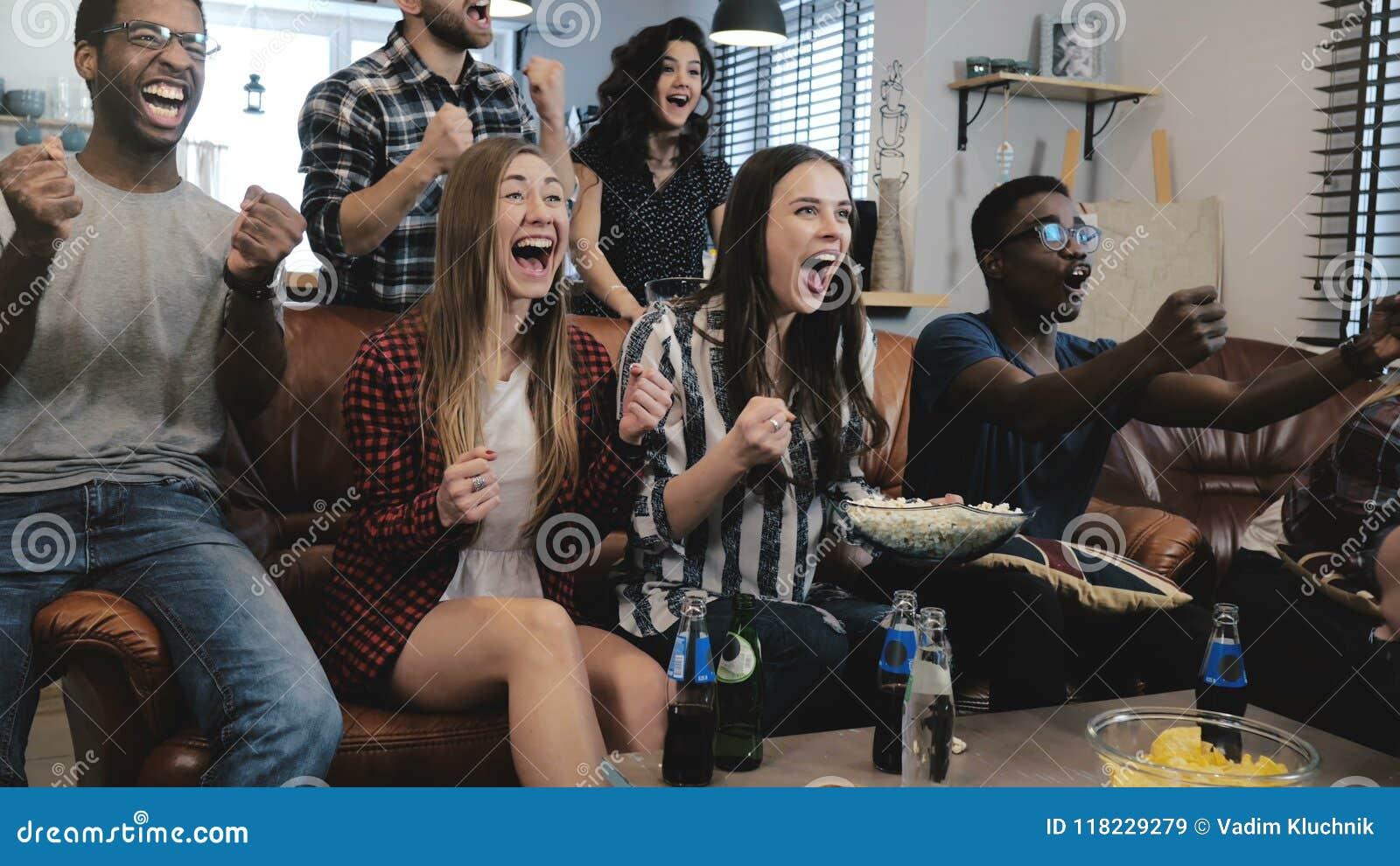 Les fans de sports d afro-américain célèbrent la victoire à la maison Jeu de observation de cri passionné de défenseurs à la TV m