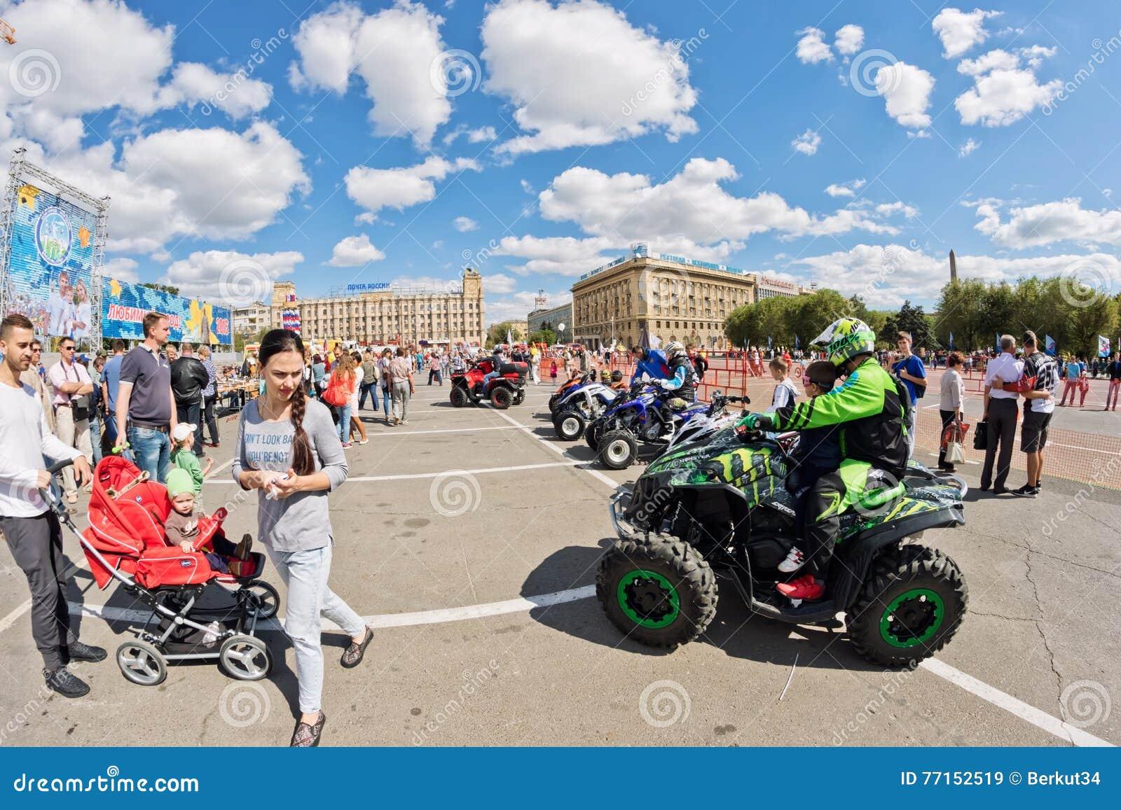 Les fans des vélos moteurs tous terrains extrêmes de quadruple démontrent leur