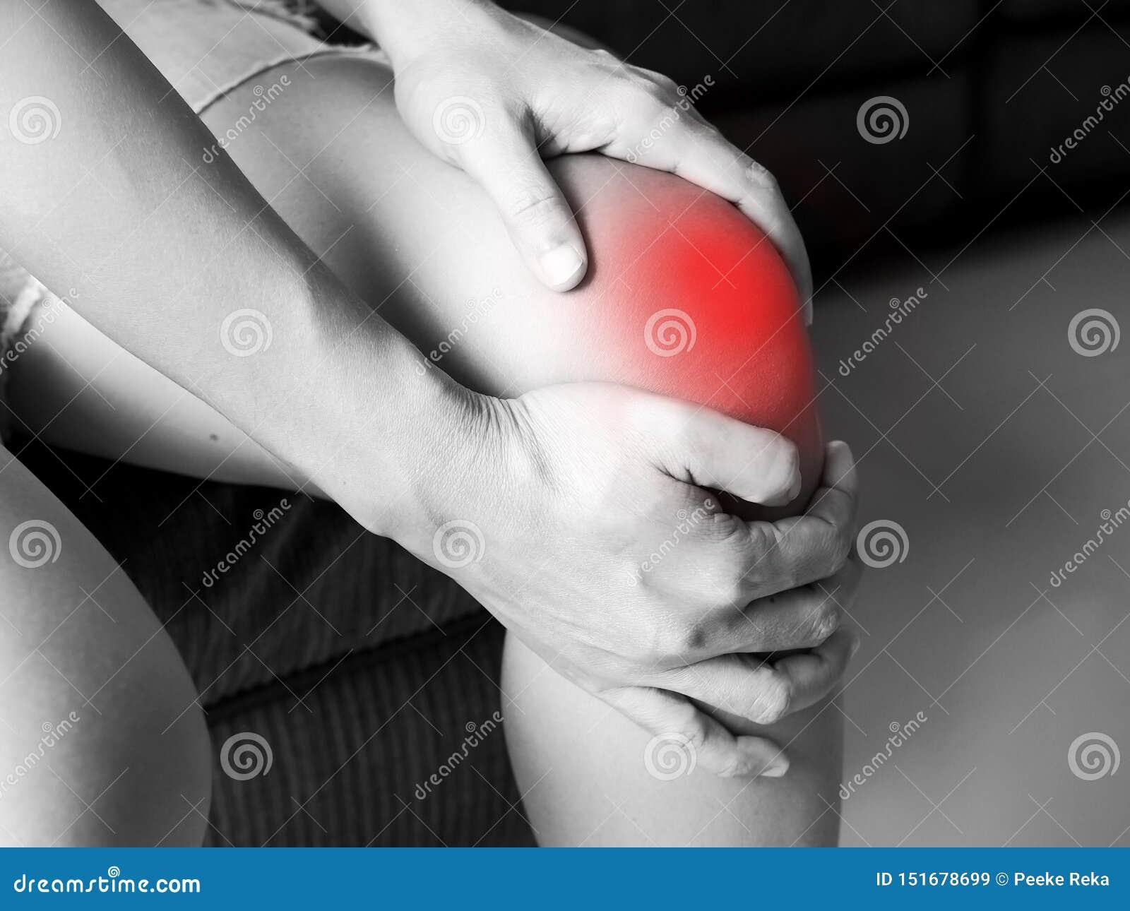 Les femmes asiatiques ont les blessures au genou aiguës et la souffrance des crampes de jambe
