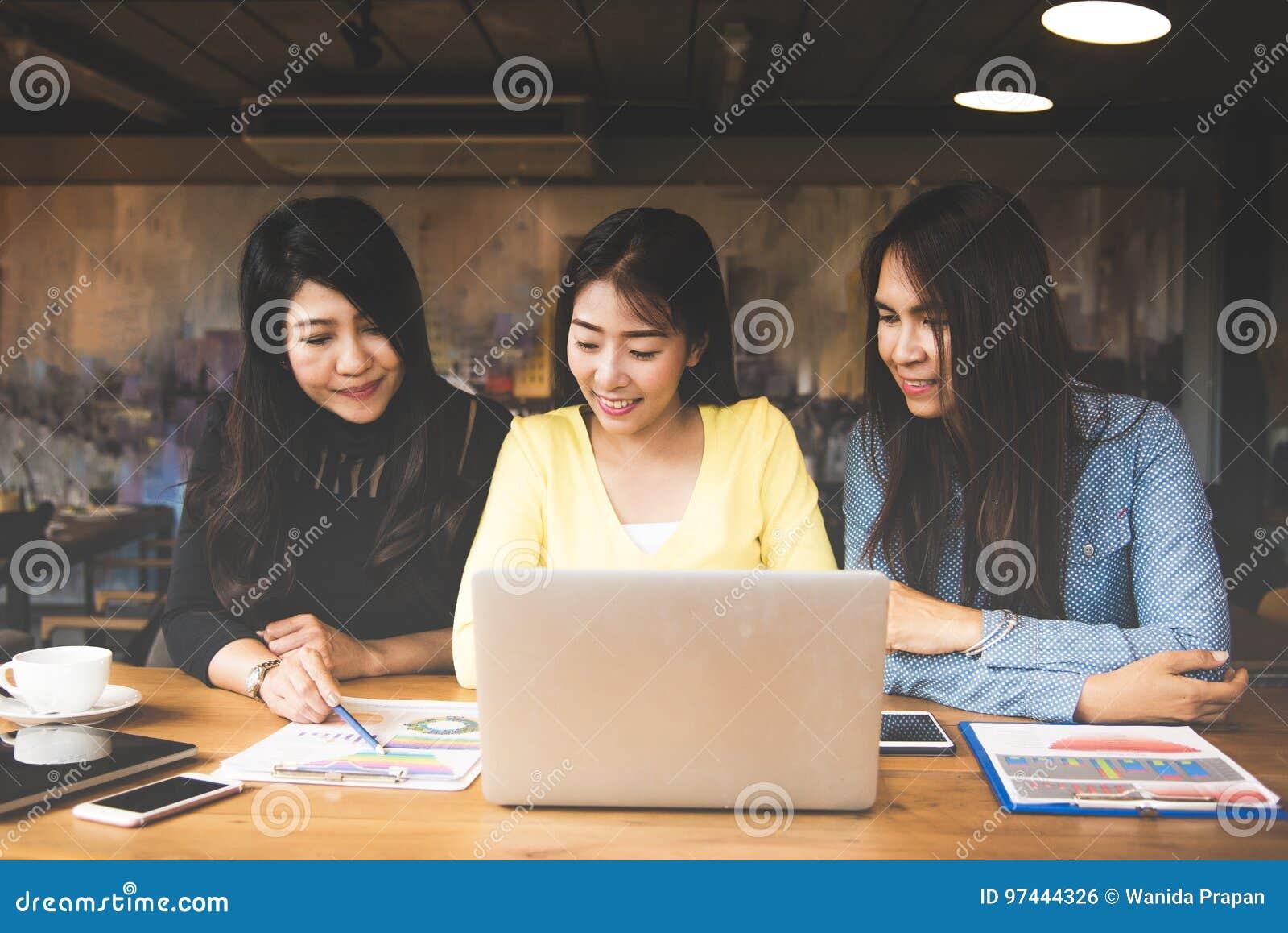 Les femmes de l Asie d affaires partners discuter le graphique de financier dans l espace de travail, équipement occasionnel