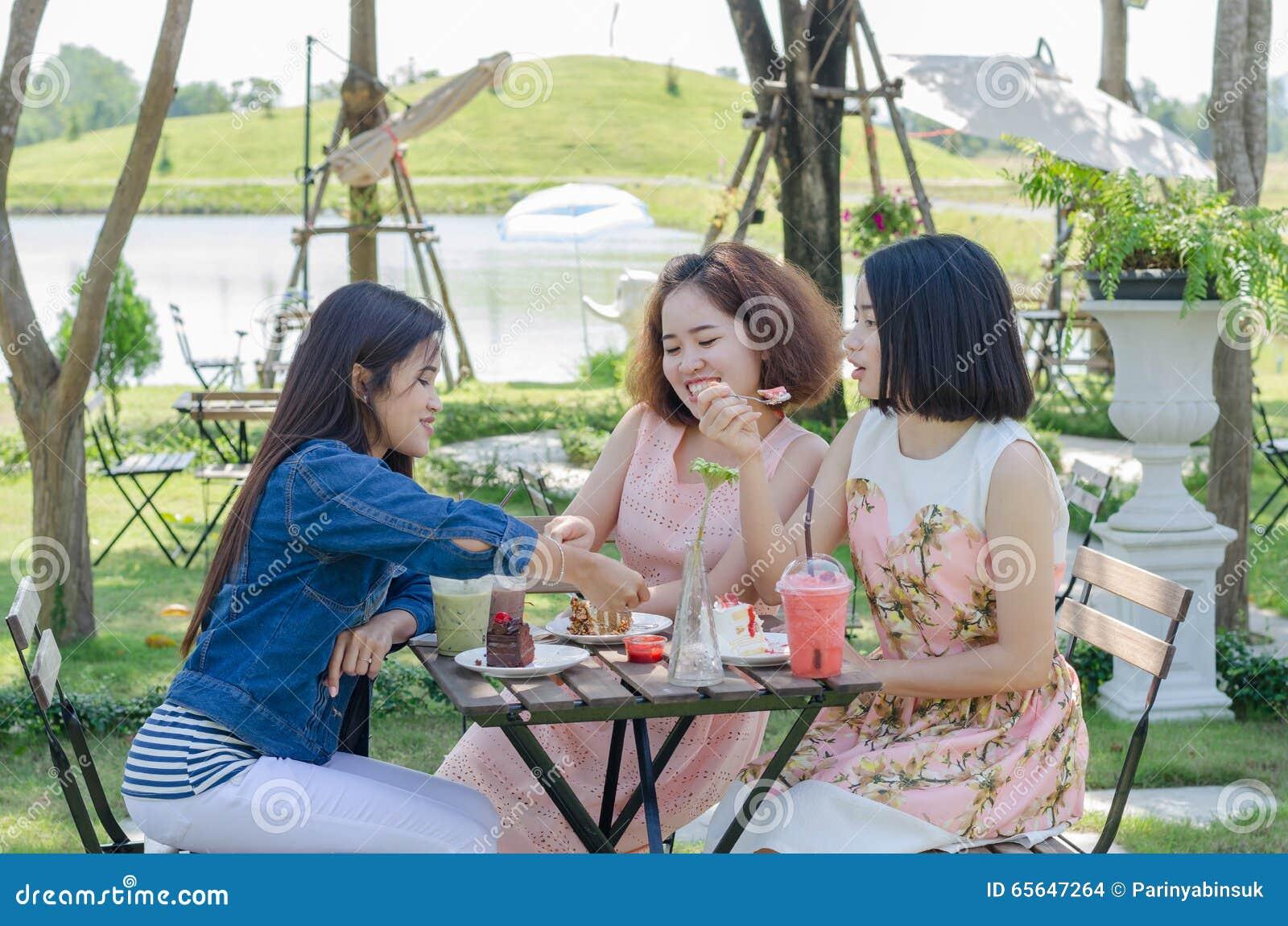 Les femmes ont plaisir à manger et parler ensemble