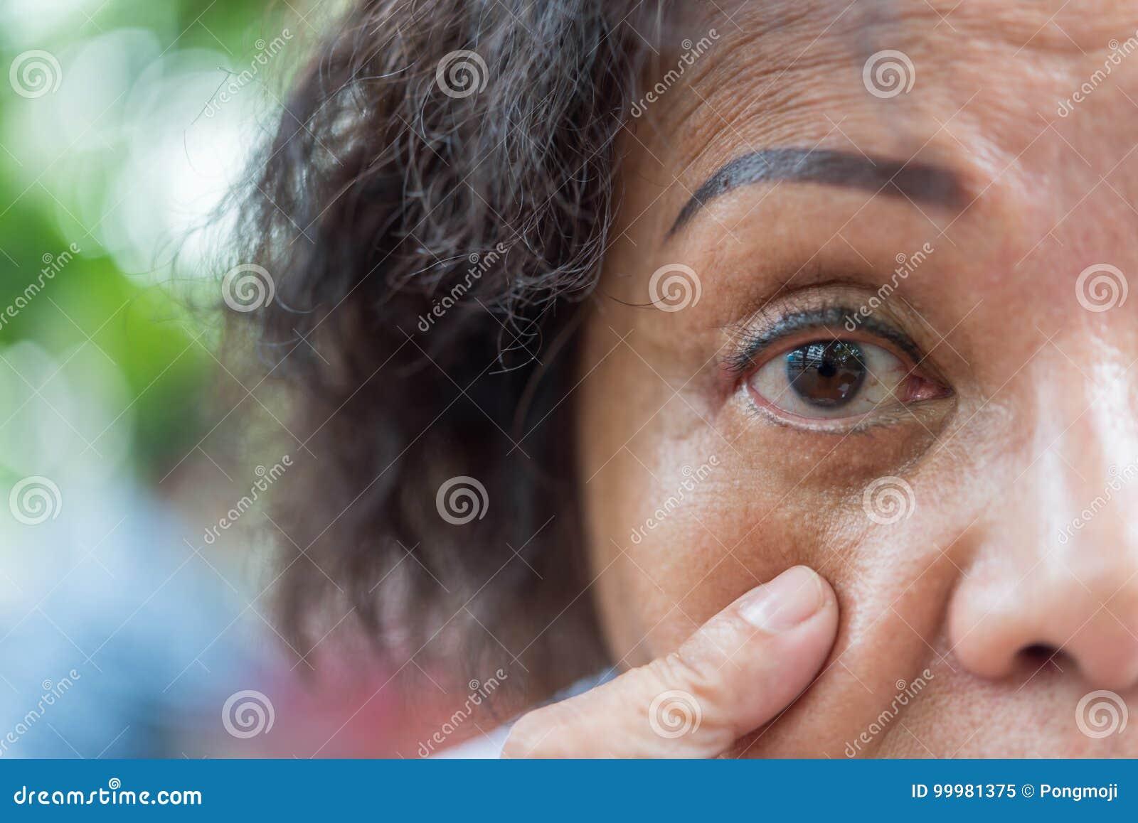 Les Femmes Plus Agees Asiatiques Lui Montrent Les Yeux Et Le Tatouage De Sourcil Image Stock Image Du Tatouage Yeux 99981375