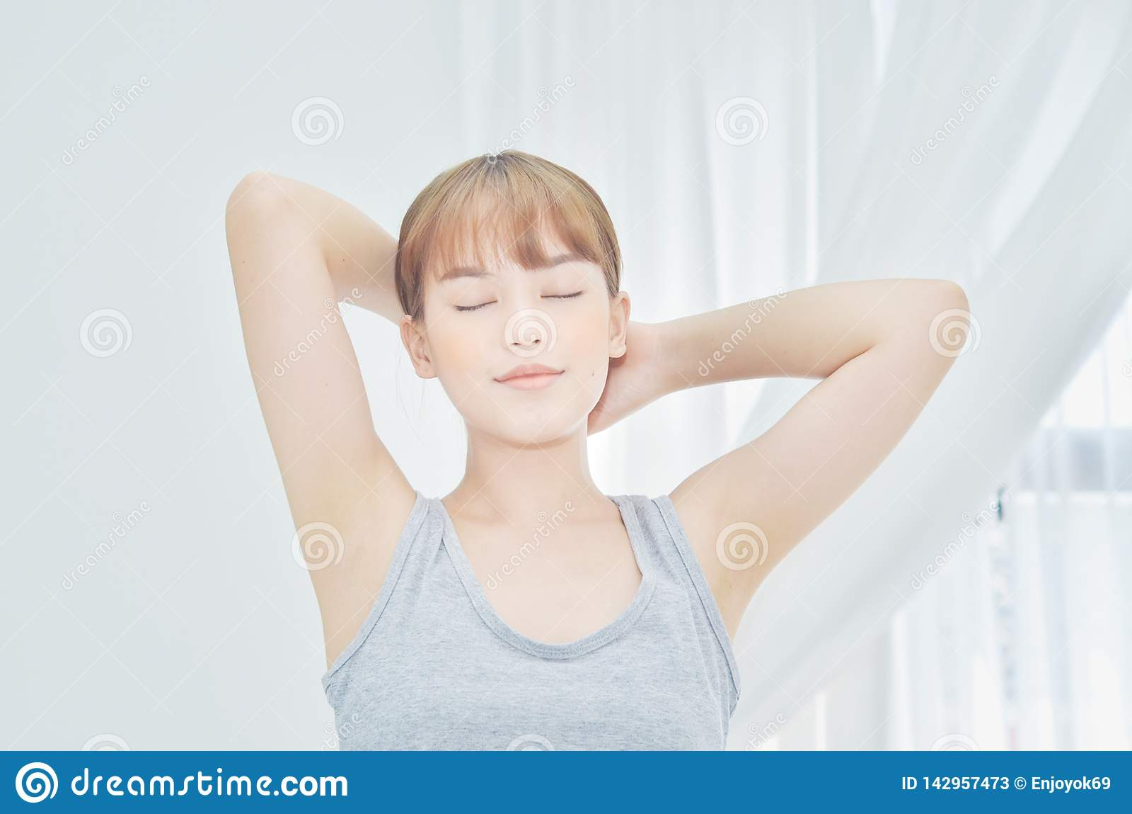 Les femmes utilisant les chemises blanches se sont juste réveillées