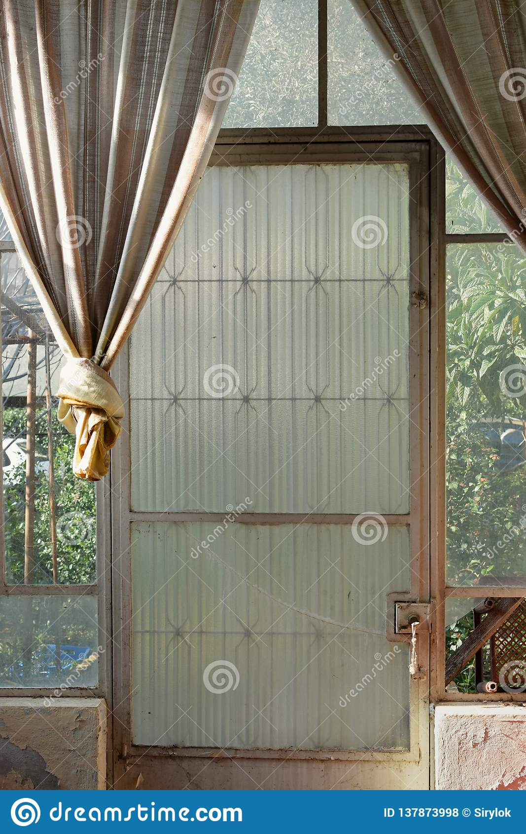 Les fenêtres cassées de porte en verre vieilles drape